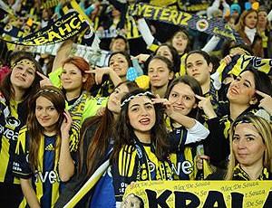 mulher e criança no estádio do Fenerbahçe (Foto: Divulgação / Site oficial do Fenerbahçe)