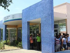 Familiares aguardando liberação dos corpos no IML de Teresina  (Foto: Gustavo Almeida/G1)