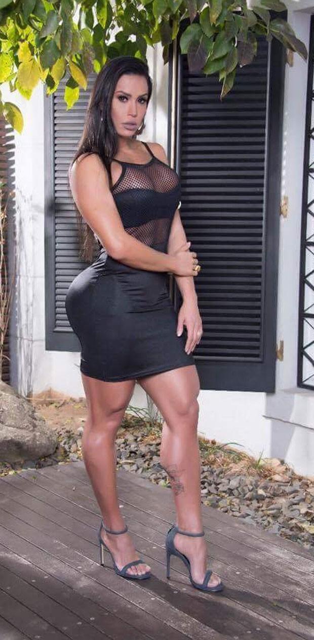A  morena exibiu as pernas (Foto: Crédito Mafia brasileira /  Vhassessoria)