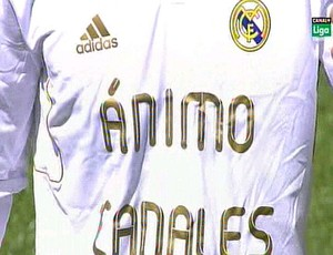 Real Madrid entra em campo com camisa em homenagem a Canales (Foto: Reprodu&#231;&#227;o)