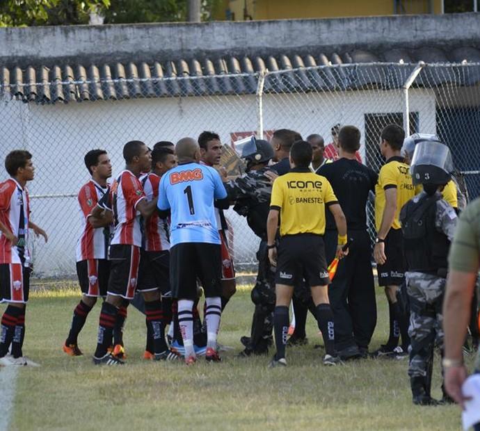 Confusão começou entre Dênis, goleiro do Serra, e Marcos Alagoano, do Rio Branco, e tomou conta de todos (Foto: Adriano Bernardo/Serra)