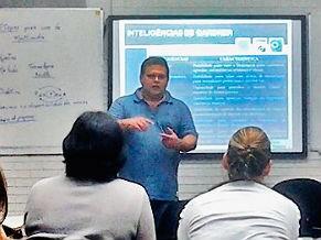 Professor Nelson Mascaro dá aulas de tecnologia para professores (Foto: Divulgação)