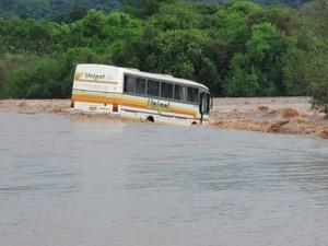 Ônibus ficou preso na correnteza, em meio a uma estrada em Santo Cristo (Foto: Prefeitura de Santo Cristo/Divulgação)