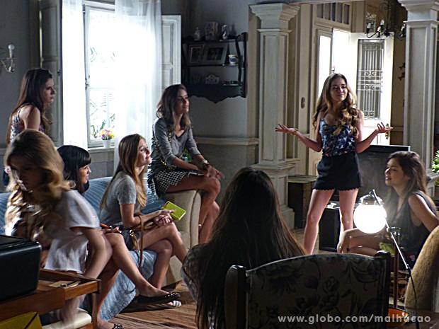 MICAs pedem conselhos a Flaviana (Foto: Malhação / TV Globo)