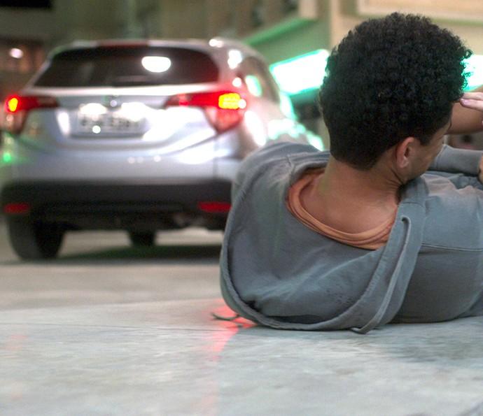Vitória foge sem prestar socorro a Marcão (Foto: TV Globo)