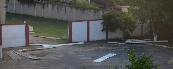 Ventania prejudicou e muito a estrutura do estádio Giulite Coutinho (Foto: André Durão/GloboEsporte.com)