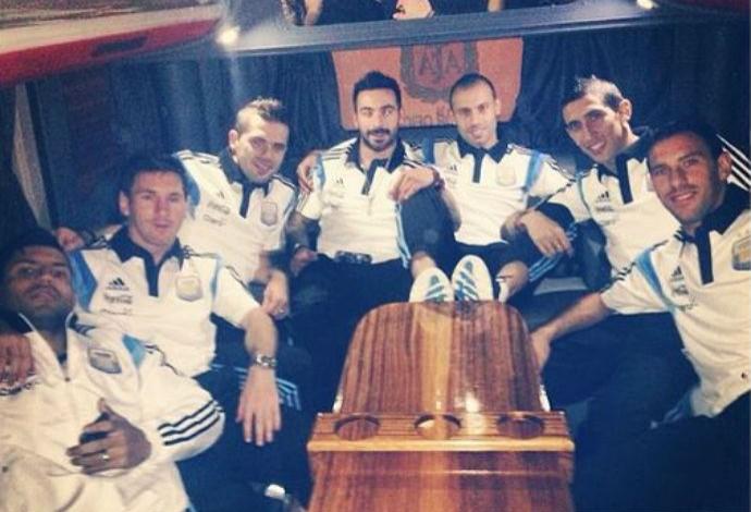Ezequiel Lavezzi ao lado dos companheiros da Argentina (Foto: Reprodução/Instagram)