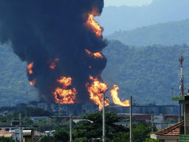 Incêndio em Santos, no litoral de São Paulo, dura mais de 50 horas (Foto: Roberto Strauss/G1)