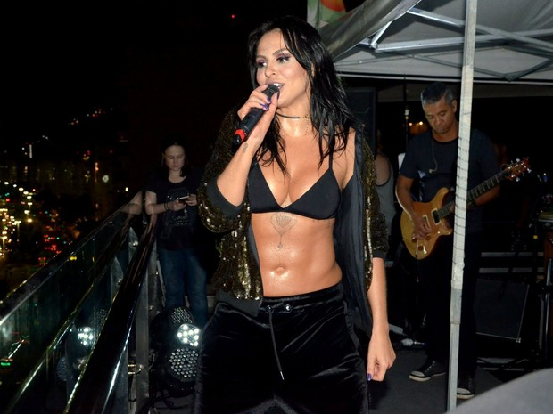 Alinne Rosa faz show na Zona Sul do Rio (Foto: Webert Belicio/ Ag. News)