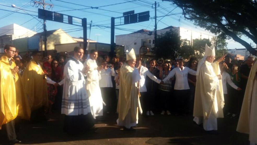 Arcebispo Dom Dimas Lara Barbosa e bispo auxiliar Dom Mariano durante celebração de Corpus Christi em Campo Grande (Foto: Juliene Katayama/G1 MS)