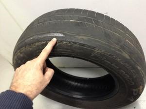 desgaste no pneu (Foto: Denis Marum/G1)