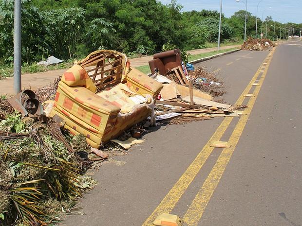 Sofá colocado em entulho de lixo para remoção  (Foto: Mário Bueno/ Divulgação PMCG)