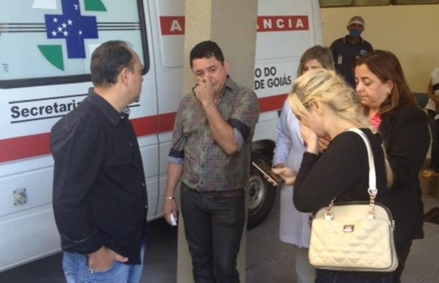 Pai de Cristiano Araújo (ao centro) lamenta a morte do filho, em Goiás (Foto: Sílvio Túlio/G1)