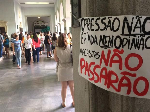 SÃO PAULO - Cartazes contra trote violento são colocados no interior da Faculdade de Direito da USP (Foto: Cauê Fabiano/G1)