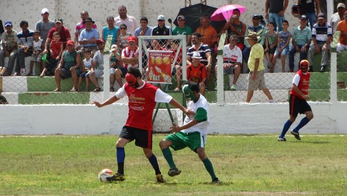papangus disputando bola (Foto: Lafaete Vaz / GloboEsporte.com)