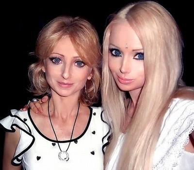 Valeria Lukyanova - a cantora ao lado da mãe, que dá todo apoio à filha (Foto: Reprodução Instagram)