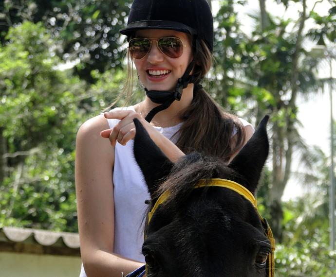 'Estou aqui para perder meu medo', diz Camila Queiroz em sua primeira aula de equitação (Foto: Fabio Rosso/Gshow)