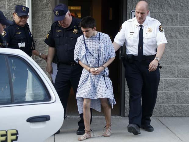 Alex Hribal, o suspeito de esfaqueamento na Franklin Regional High School é levado da delegacia depois de ser acusado nesta quarta-feira (9) (Foto: AP Photo/Keith Srakocic)