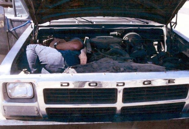 Em fevereiro deste ano, o Escritório de Imigração e Alfândegas dos EUA divulgou uma foto que mostra um homem escondido no motor de um veículo tentando entrar ilegalmente no país.  (Foto: ICE/AP)