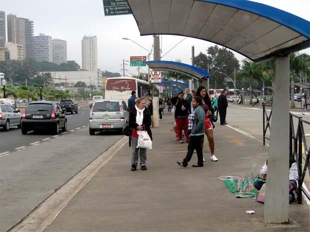 Pontos de ônibus de Ribeirão estavam mais vazios na manhã desta terça  (Foto: Eduardo Guidini/ G1)