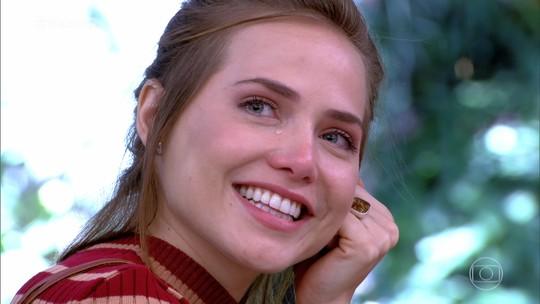 Letícia Colin chora ao receber recado de Isabelle Drummond