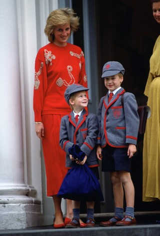 Príncipes Harry e William ao lado da mãe (Foto: Tim Graham/Getty Images)