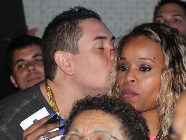 Roberta Rodrigues ganha beijinho em show no Rio (Foto: Rodrigo dos Anjos/ Ag. News)