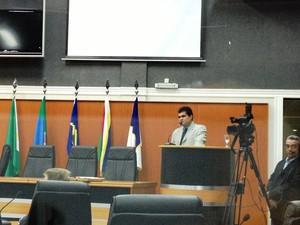Deputado Dhiego Coelho durante pronunciamento na Assembleia  (Foto: Valéria Oliveira/G1)