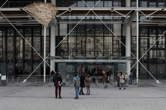 O artista japonês Tadashi Kawamata criou instalações que representam ninhos usando fragmentos de madeira (Foto: Tadashi Kawamata)