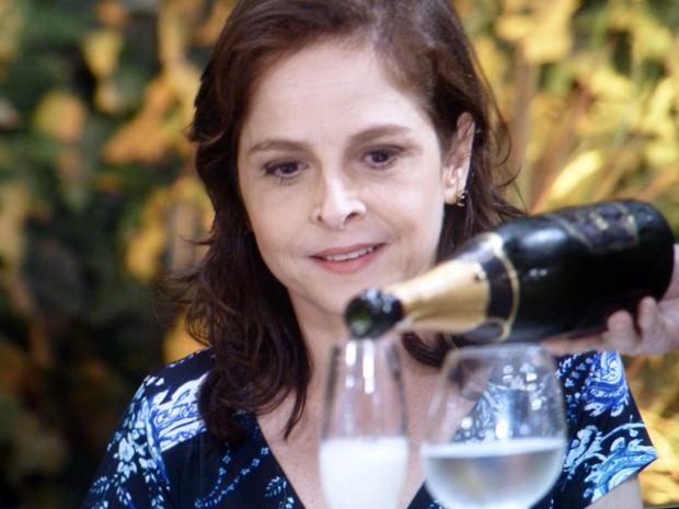 Cora aproveita para beber champagne pela primeira vez  (Foto: Império/TV Globo)