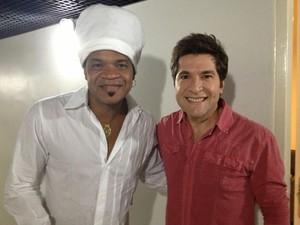 Os técnicos Carlinhos Brown e Daniel nos bastidores do show do sertanejo (Foto: Reprodução)