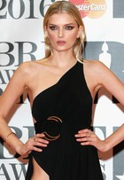 Tops da Victoria's Secret dispensam lingerie no BRIT Awards 2016