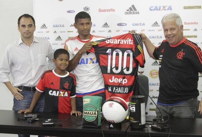 Márcio Araújo recebe camisa 100 ao lado de Caetano, Biscotto e do filho Isaac (Foto: Gilvan de Souza / Flamengo)