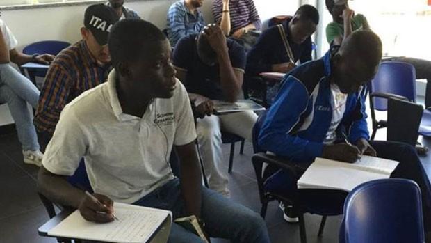 Aulas de italiano são um dos benefícios que são oferecidos aos refugiados  (Foto: Divulgação/BBC)