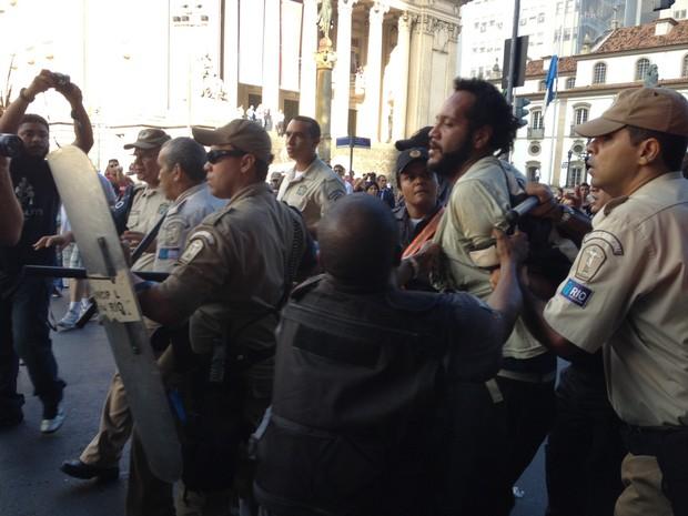 Manifestante foi detido por guardas municipais (Foto: Gabriel Barreira / G1)