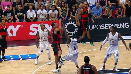 "Após lance polêmico em vitória do Fla, Marcelinho detona Tyrone: ""Ele é sujo"""