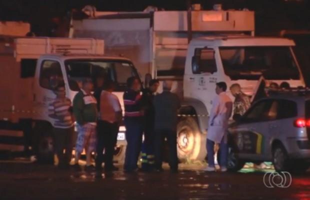 Funcionário da Comurg morre ao trocar pneu de caminhão de lixo em Goiânia, Goiás (Foto: Reprodução/ TV Anhanguera)