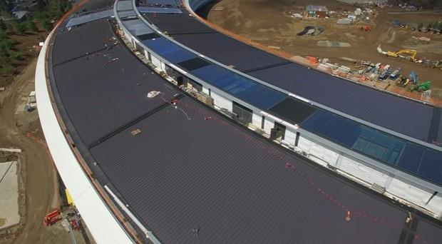 No teto do edifício, foram instalados painéis que captam energia solar (Foto: Reprodução/YouTube Matthew Roberts)