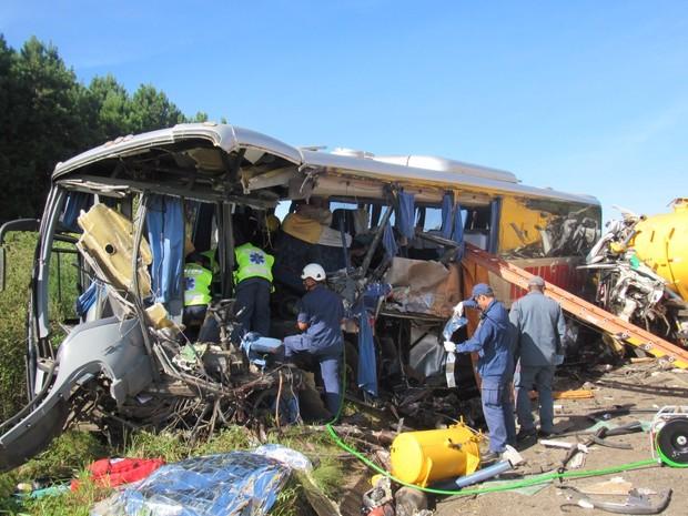 Ônibus ficou destruído após colisão contra caminhão em Campos Novos  (Foto: Fábio Machado/Divulgação )