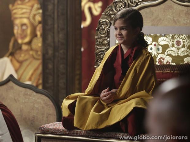 Pérola se senta no trono de Ananda Rinpoche e é apresentada a comunidade (Foto: Fábio Rocha/TV Globo)