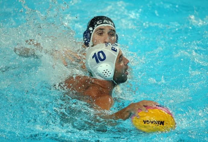 Felipe Perrone, da seleção brasileira de polo aquático, se protege da marcação do Canadá no Campeonato Mundial de Desportos Aquaticos em Kazan, Russia.  (Foto: Satiro Sodre/SSPress)