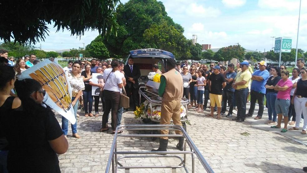 Chegada do caixão com o corpo de Micaela ao cemitério em Extremoz (Foto: Marksuel Figueredo/Inter TV Cabugi)