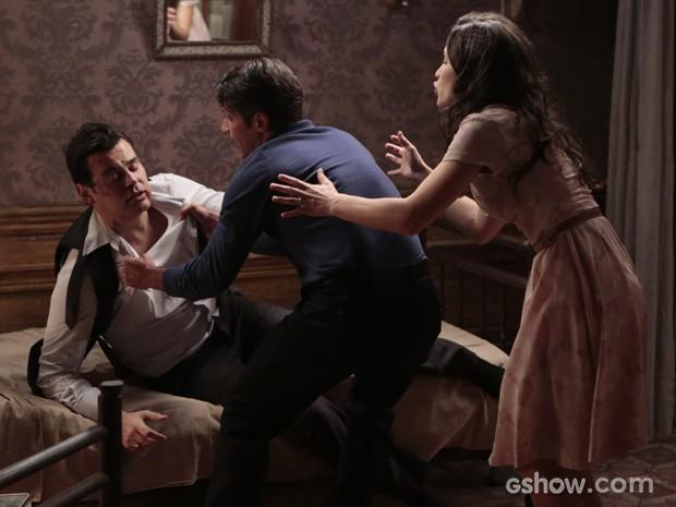 Franz fica irritado e parte para cima do vilão (Foto: Felipe Monteiro/TV Globo)
