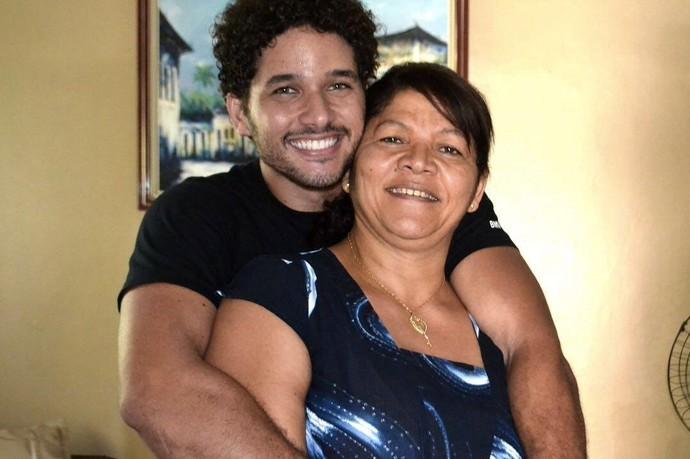Brucce Cabral retribuindo o carinho da mãe (Foto: Arquivo Pessoal)