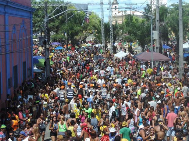 Multidão acompanhou desfile do Camburão da Alegria pelas ruas do Recife (Foto: Katherine Coutinho / G1)