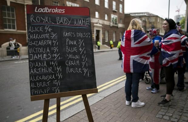 Tabela de apostas sobre qual será o nome do bebê real, seja menino ou menina (Foto: Reuters)