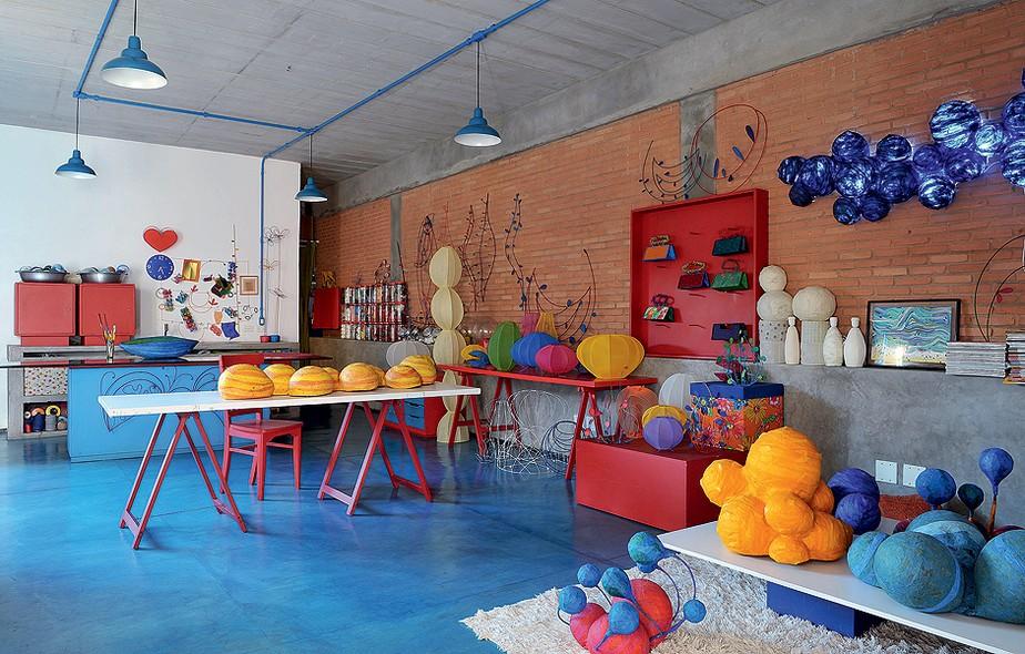 A arquiteta Adriana Yazbek optou por um piso prático e barato para sua casa-ateliê. Assim, ela não tem dó de derrubar produtos enquanto está trabalhando. A cor é por conta do pó xadrez azul misturado ao CP3, tipo de cimento sustentável
