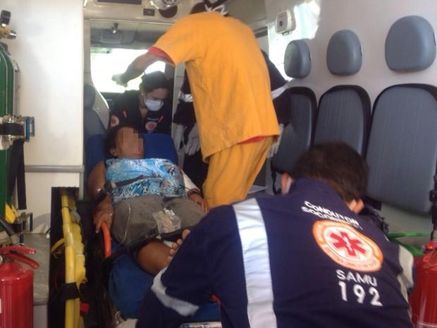 Mulher baleada foi encaminhada para o Hospital de Trauma de João Pessoa (Foto: Walter Paparazzo/G1)