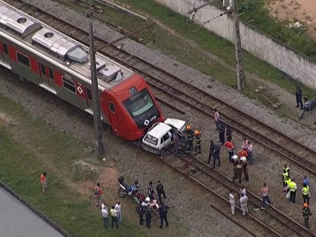 Trem bateu em carro e matou motorista (Foto: Reprodução/TV Globo)