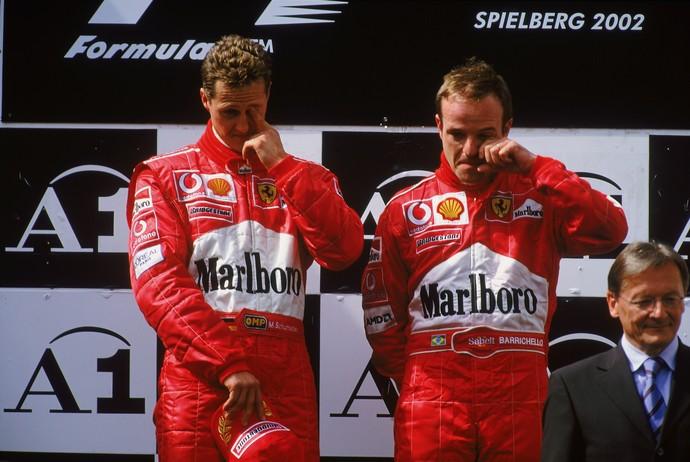 Constrangimento entre Michael Schumacher e Rubens Barrichello no pódio do GP da Áustria de 2002 (Foto: Getty Images)